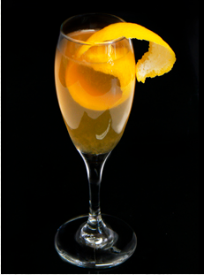Photo d'un cocktail en coupe à base de Cognac Ferrand et d'écorce d'orange et de Champagne.